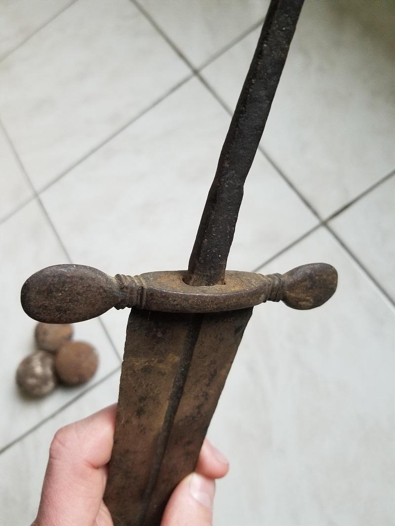Epée médiévale, cabasset et boulets de canon 20200224