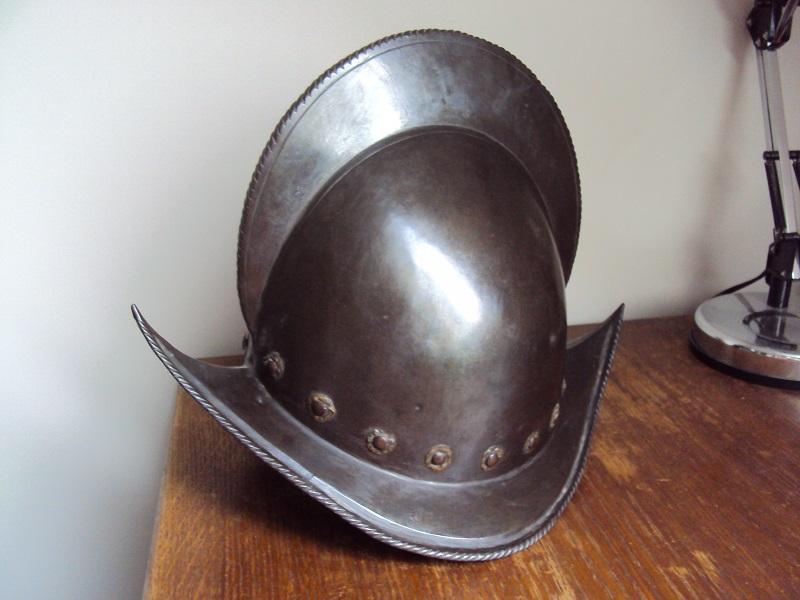 Un beau casque morion du XVI ème siècle Dsc03313