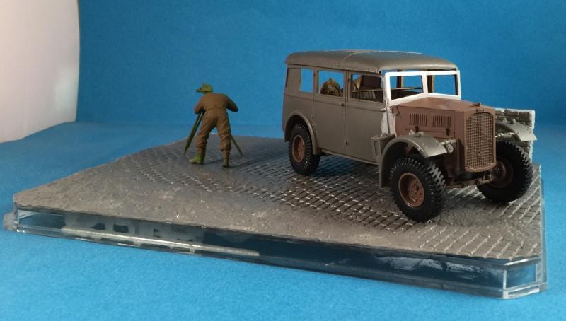 "La BBC en action - ""Humber staff car"" Accurate Armour + figurines Bronco et scratch - 1/35 Img_1613"