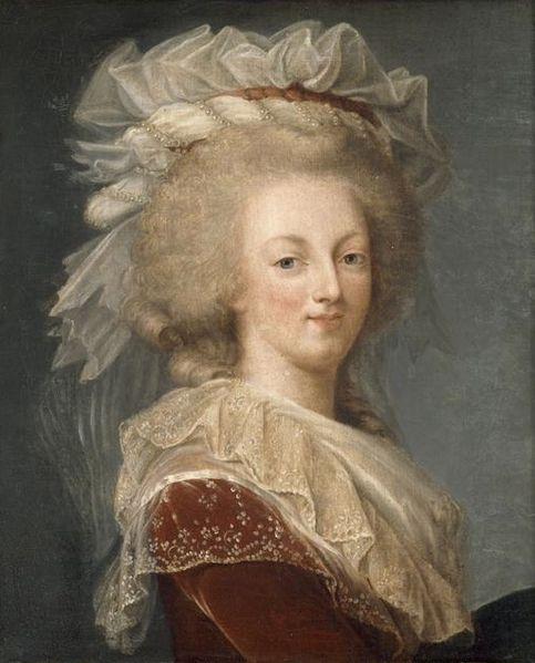 Portrait de la Reine au livre en robe rouge 483px-10