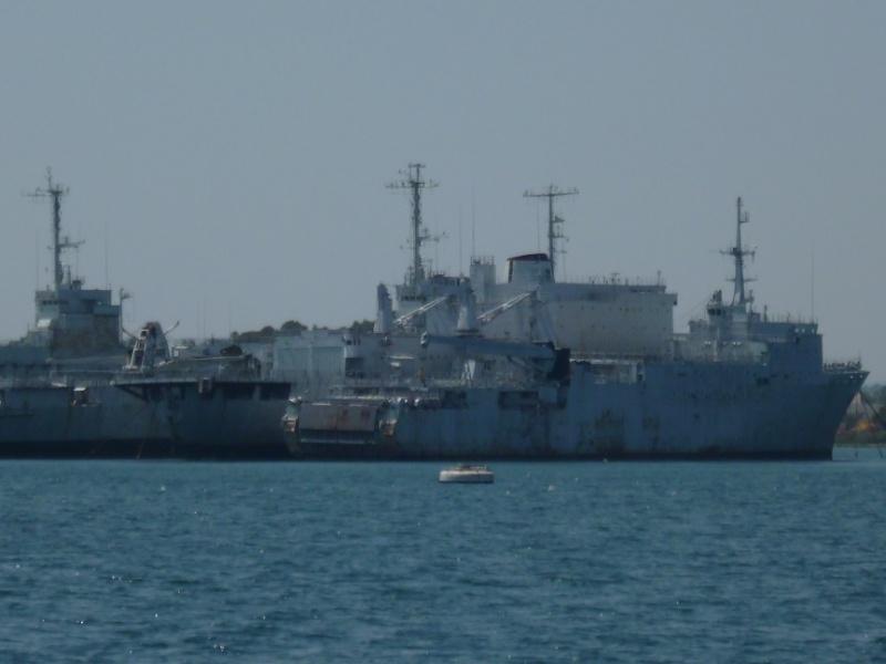 cimetière de navires de guerre dans la rade de Toulon P1010720