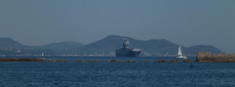 le Mistral rentrant dans la rade de Toulon P1010735