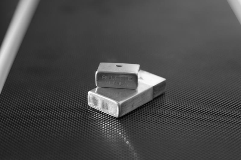 Petit contenant en métal pour distribuer les lames. Img_9610