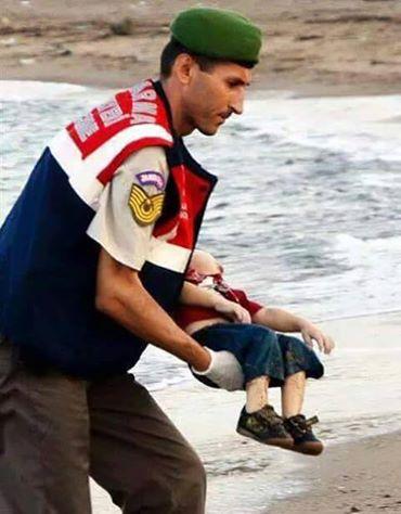 صور مؤلمة لطفل لاجئ سوري قذفته الأمواج إلى سواحل تركيا  10603710