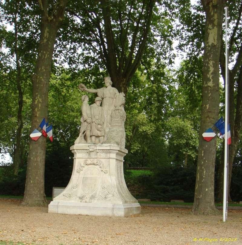 [Histoires et Histoire] Monuments aux morts originaux Français Tome 1 - Page 20 Dsc09310