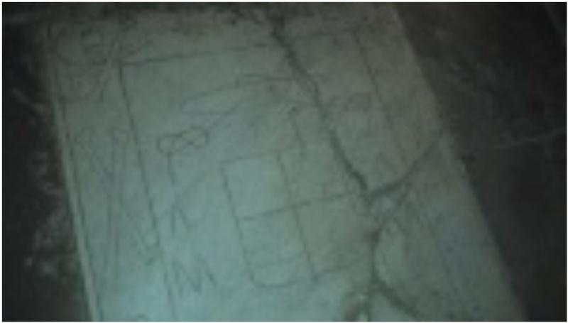 Un engin volant sur une plaque ou tombe - Page 2 Captur10