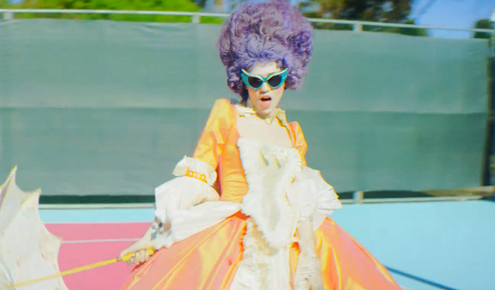 GRIMES en Marie-Antoinette dans le clip Flesh without Blood Grimes11