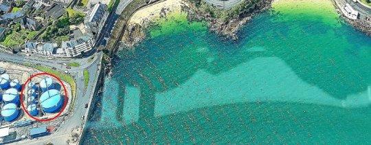 Douarnenez Port. Ysblue démantèle la moitié de ses cuves  1p10