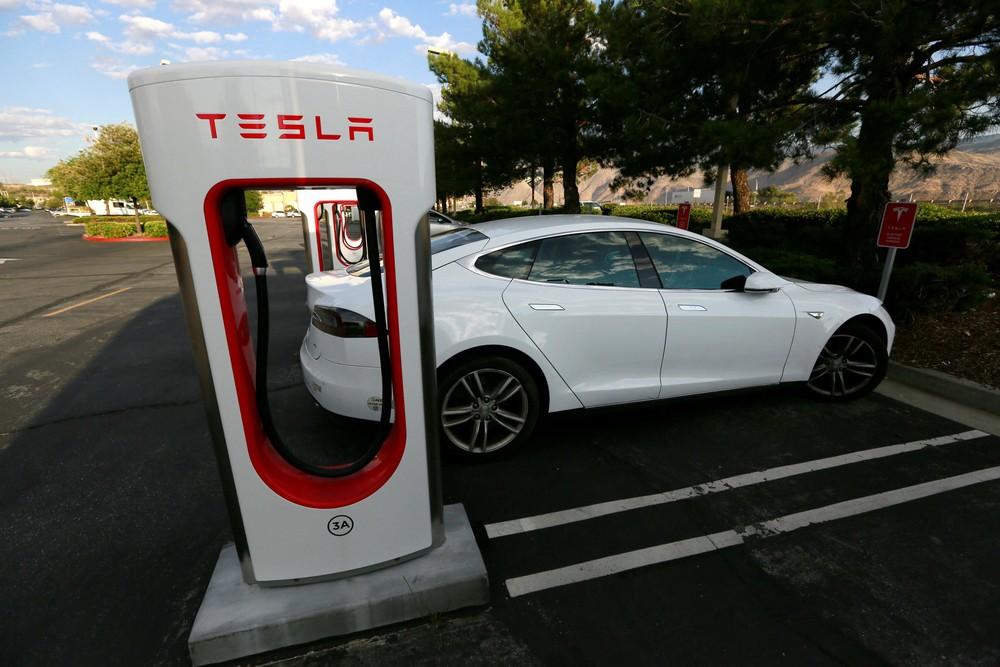 Tesla volta a lucrar, ações disparam e empresa se torna fabricante de veículos mais valiosa dos EUA 2016-010