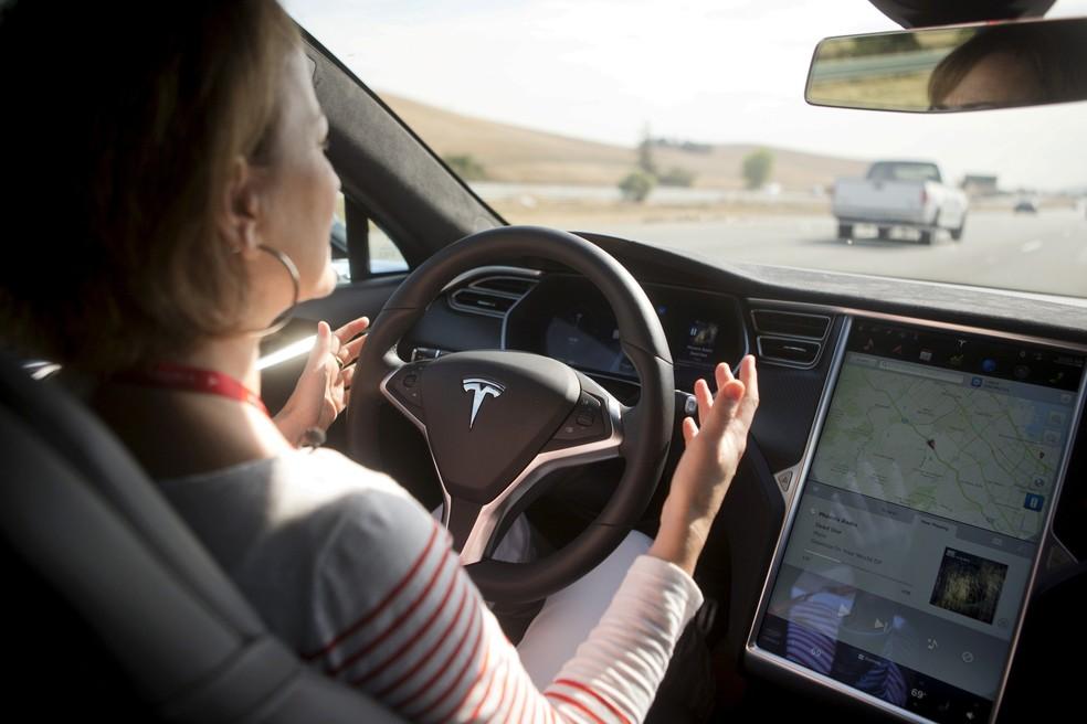Tesla bate em carro da polícia nos EUA, e motorista diz que veículo estava no modo semiautônomo 2017-014