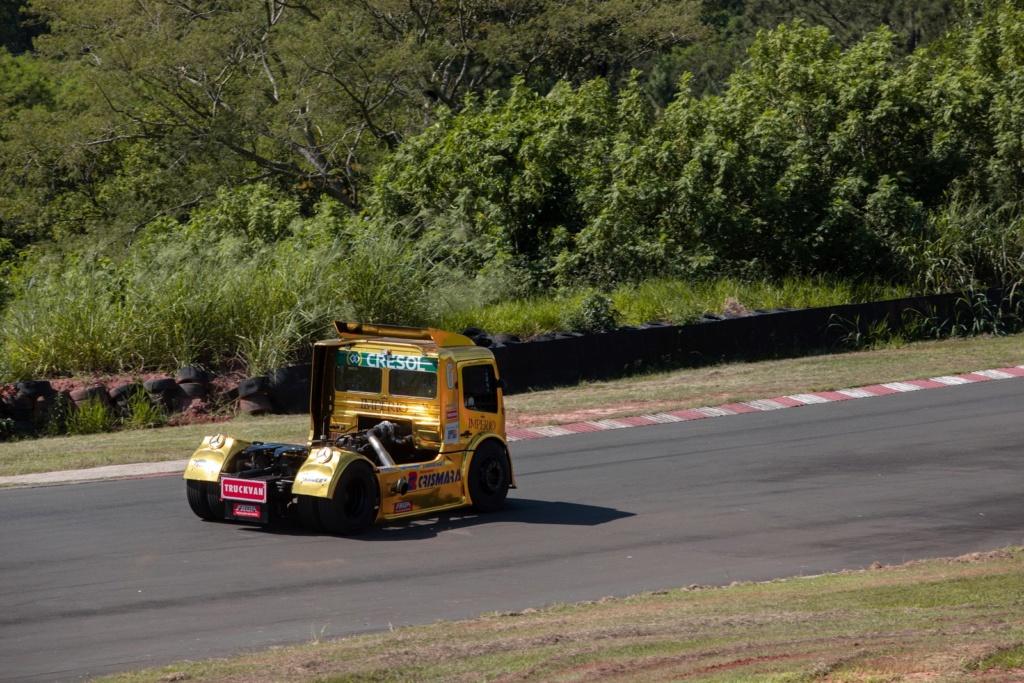 Veja como é dirigir um caminhão de corrida de 1.250 cv que chega a 240 km/h F-truc15