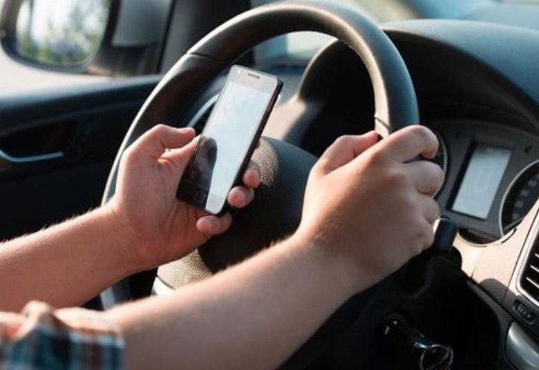 Um em cada cinco motoristas no Brasil admite uso do celular ao dirigir, diz pesquisa Jornal10