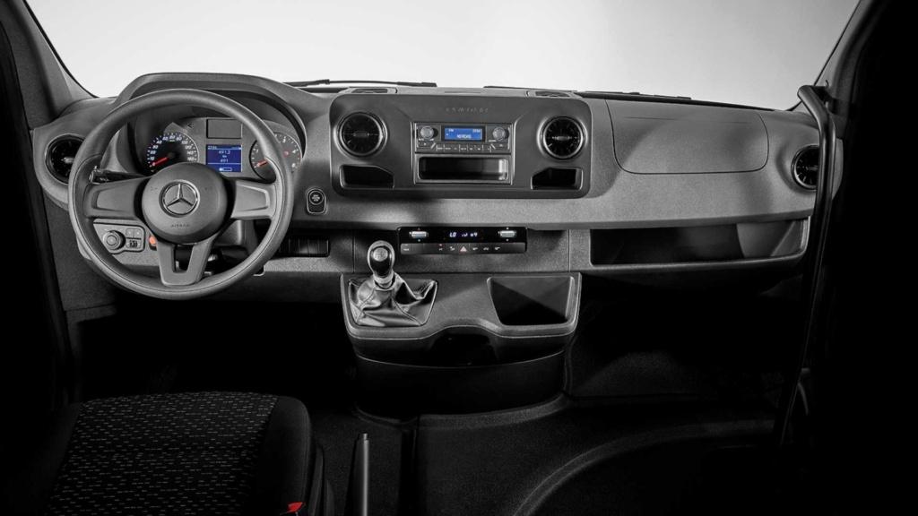 Mercedes-Benz Sprinter ganha versão 19+1 com entrada pela porta dianteira Merced51