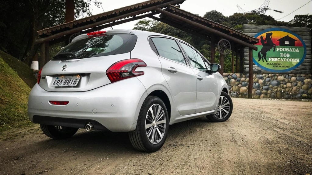 Peugeot 208 perde versões enquanto espera por nova geração Peugeo29
