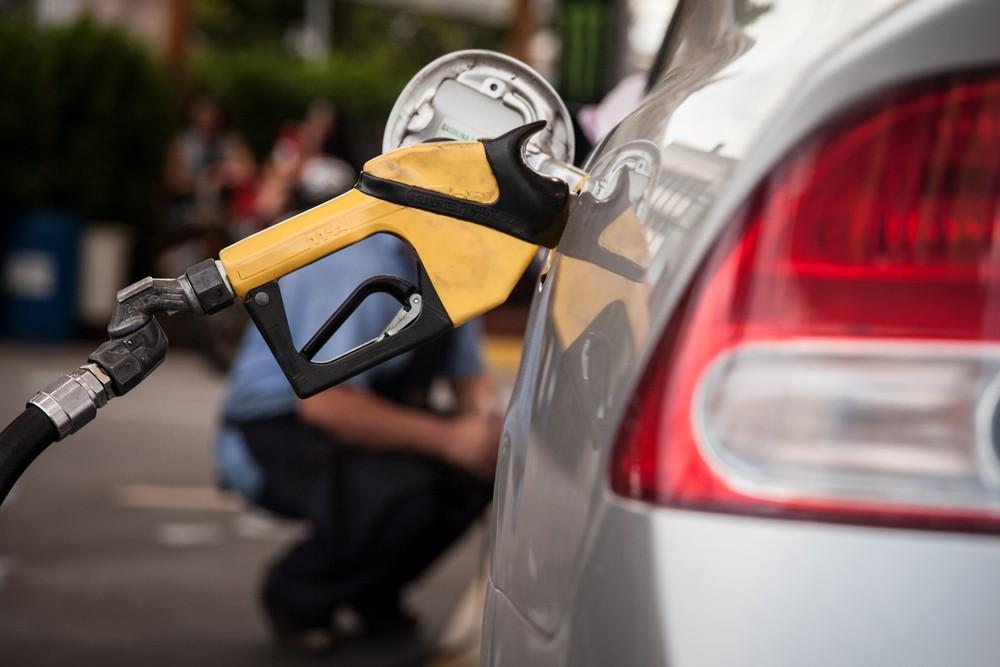 Diesel recua nos postos após 10 altas semanais consecutivas; gasolina sobe Posto-10