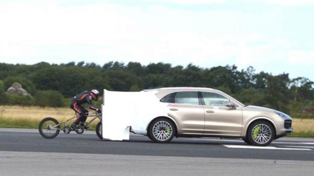 Puxado por Porsche, ciclista alcança 280 km/h e bate recorde no Reino Unido Record10