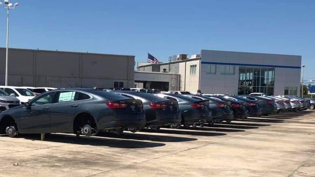 Ladrões roubam rodas de 31 carros em concessionária... nos EUA! Roubo-10