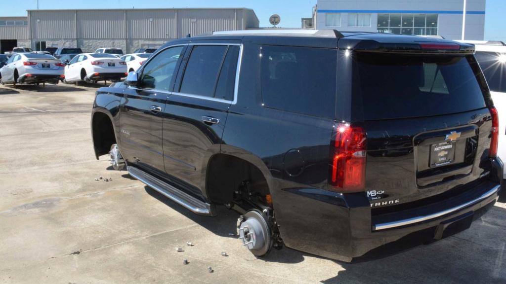 Ladrões roubam rodas de 31 carros em concessionária... nos EUA! Wheel-10