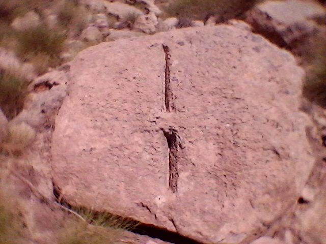 خمس مستطيلات متتالية في صخرة كبيرة فوق صخرة خمس و اسفل صخرة 5 مستطيلات Dsc_0064