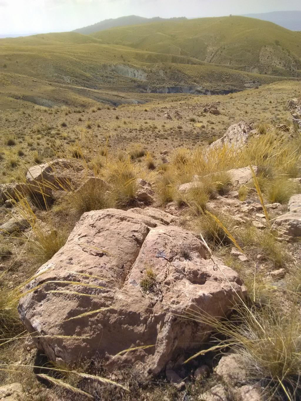 خمس مستطيلات متتالية في صخرة كبيرة فوق صخرة خمس و اسفل صخرة 5 مستطيلات Img_2141