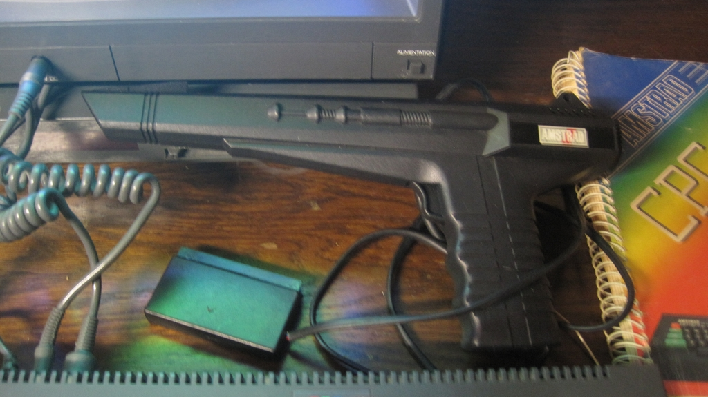 [VDS]  Lot double CPC 464 + CPC 6128 + Monitor Couleur + Tuner Amstrad + gun Amstrad + jeux D7 Img_3015