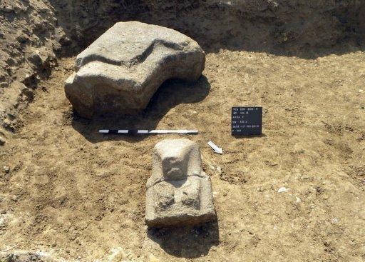 découverte d'une énorme statue d'Amenhotep III Photo_10