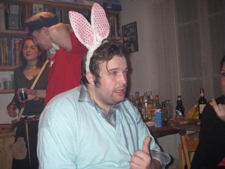 un adulte dans un costume de lapin (resolu) Ohh-le10