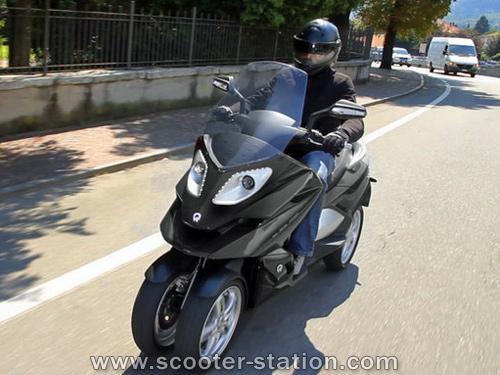 Quadro : Un scooter à 4 roues présenté à Milan  Quadro10