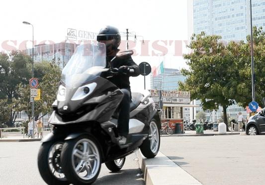 Quadro : Un scooter à 4 roues présenté à Milan  Quadro14