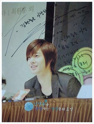 Kim Hyun Joong give his signature to the one who love him 412