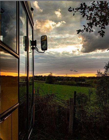 Histoire belge : pour 1200 €, ils rachètent un vieux bus pour vivre dedans ! (vidéo sur Bidfoly.com) Par Hilaire Picault Capt1495