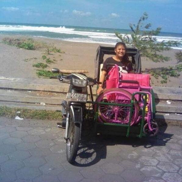 Un Indonésien crée des taxis side-car pour handicapés ! Par Amélie Drouet  Captur28