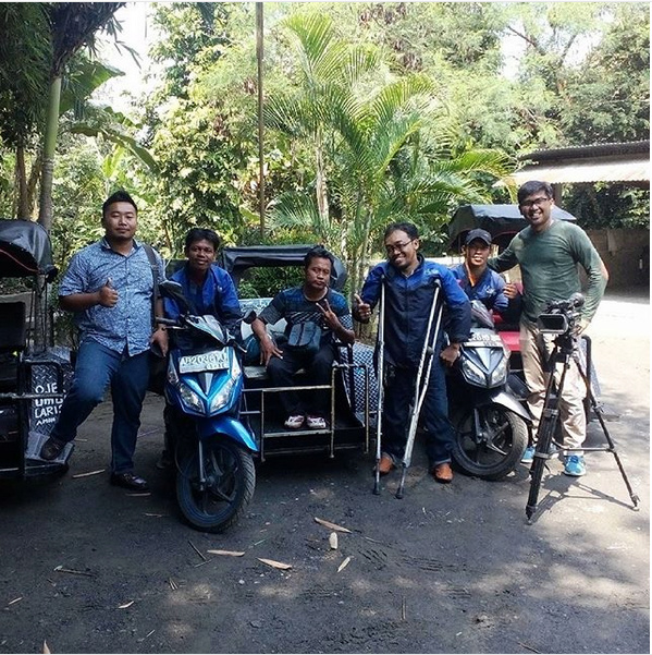 Un Indonésien crée des taxis side-car pour handicapés ! Par Amélie Drouet  Captur29