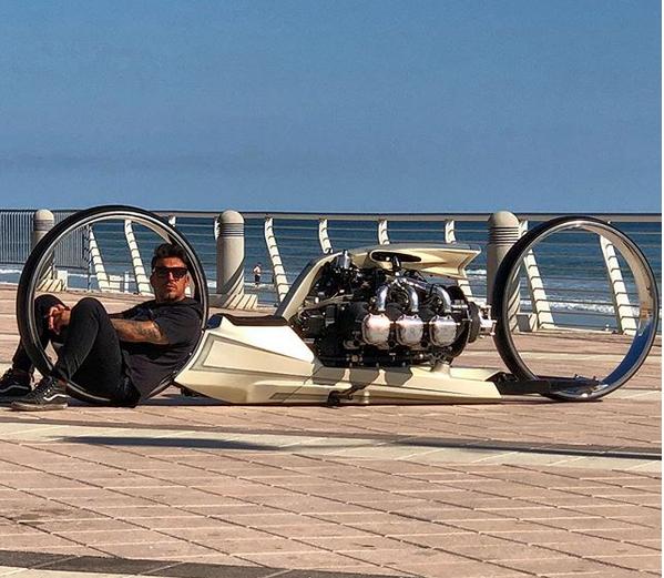 Un ancien pilote de F1 fabrique la moto de Tron ! Par Hilaire Picault  Captur77