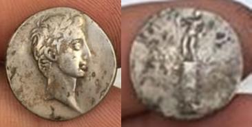 Denario de Augusto. IMP CAESAR. Columna rostral. Roma?, Brundisium?. Julia_26