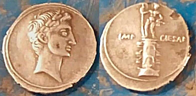 Denario de Augusto. IMP CAESAR. Columna rostral. Roma?, Brundisium?. Julia_28