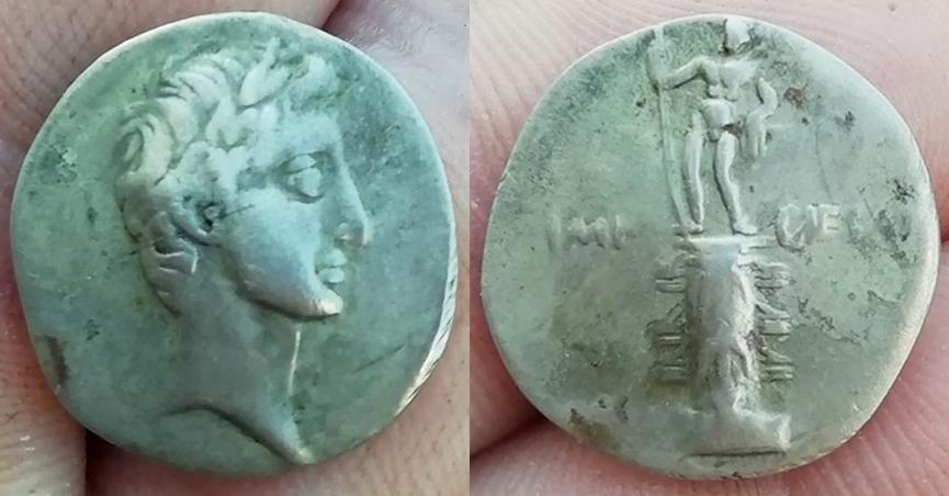 Denario de Augusto. IMP CAESAR. Columna rostral. Roma?, Brundisium?. Julia_31