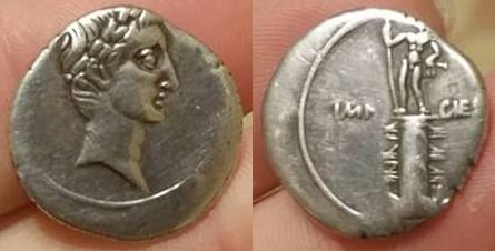 Denario de Augusto. IMP CAESAR. Columna rostral. Roma?, Brundisium?. Julia_32