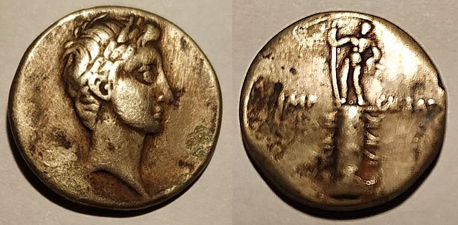 Denario de Augusto. IMP CAESAR. Columna rostral. Roma?, Brundisium?. Julia_33