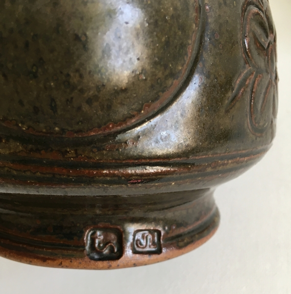 pottery marks on a footed teapot. Trevor Nicklin. Uniden12