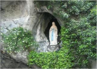 Octobre, le mois du ROSAIRE*!! Grotte12