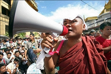BIRMANIE : des moines contre les bottes des soldats ... Moine_10