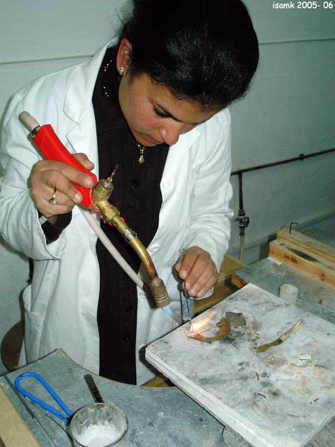أعمال طلبة السنة الثانية تصميم المصوغ 2005-2006 (isamk) Bij_7813
