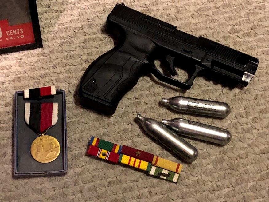 Une arme et des decorations Img_3326