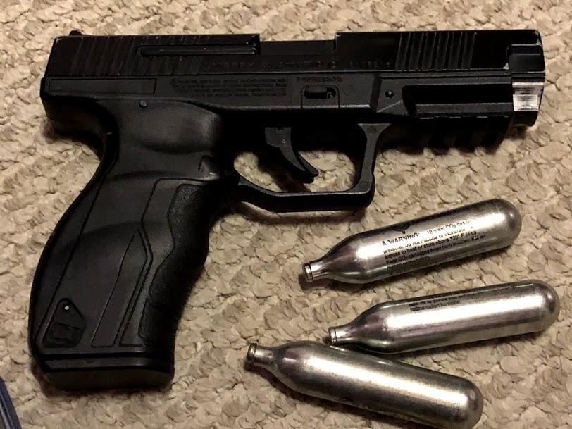 Une arme et des decorations Img_3327