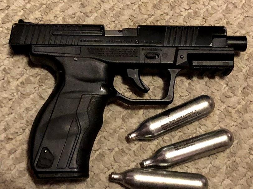 Une arme et des decorations Img_3328