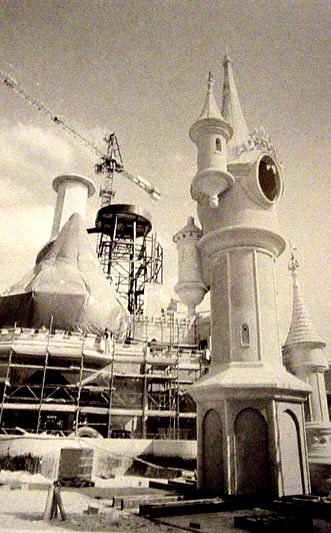Photos de la construction du Parc Disneyland - Page 2 Chatea10