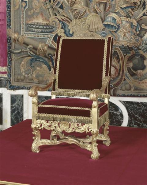 Exposition « Trônes en majesté, l'autorité et son symbole » - Page 3 02-00711