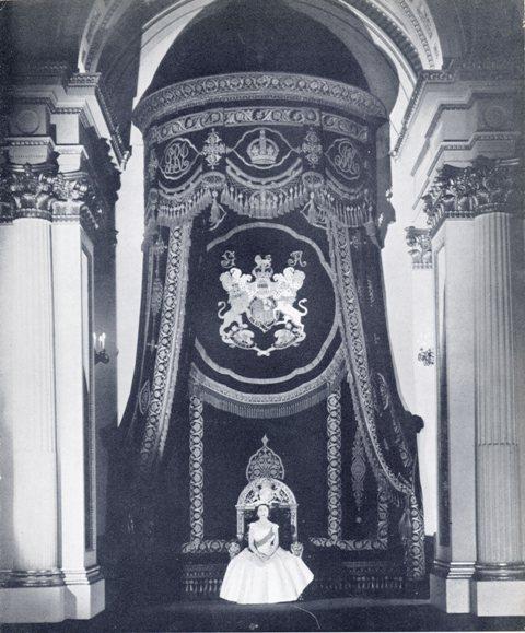 Exposition « Trônes en majesté, l'autorité et son symbole » - Page 2 Img17510