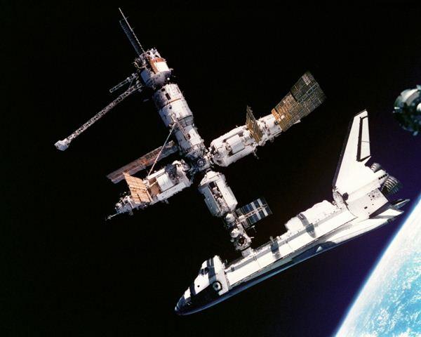 """""""Photo de famille"""" Photo d'ISS avec une navette arrimée. - Page 4 Captur10"""